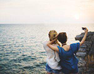 reisepartner machen gemeinsames selfie